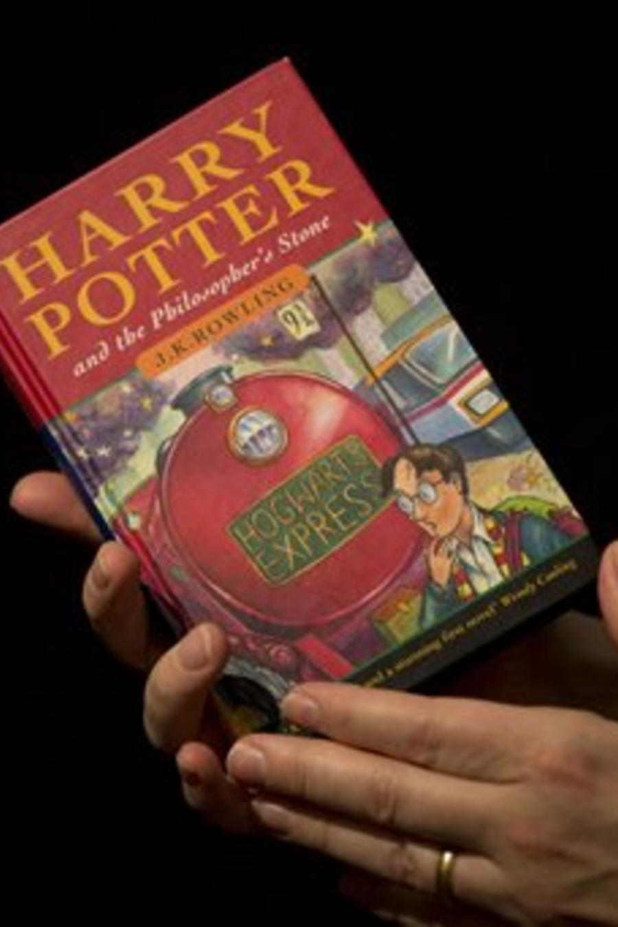 Un hombre sujeta una copia de uno de los libros de la serie de 'Harry Potter'.