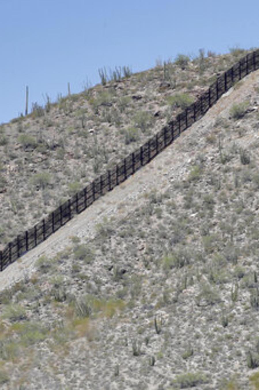 Un tramo de la valla que separa la frontera entre EEUU y México a la altura de lukeville, Arizona.