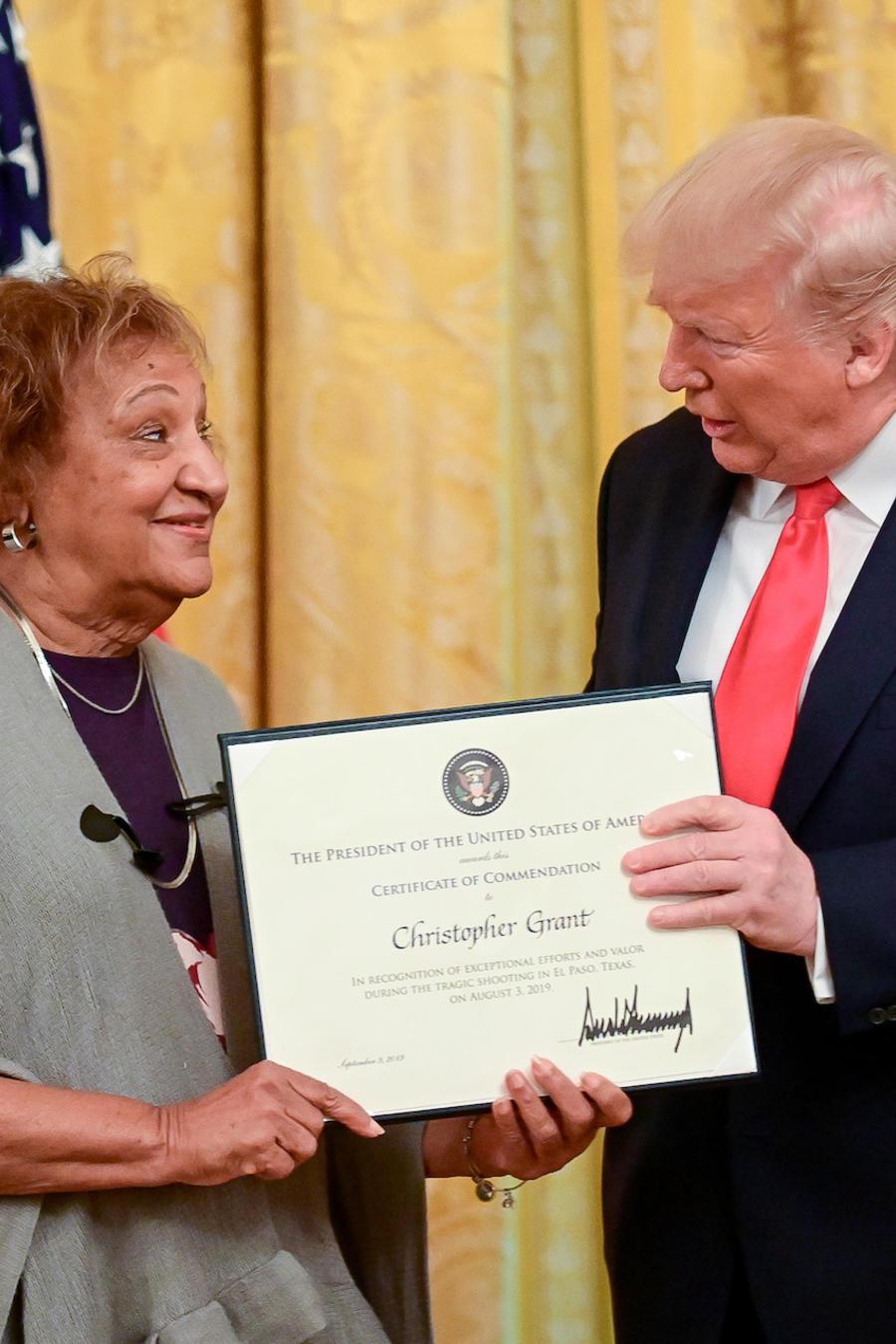 Trump entrega galardón al heroísmo a Minnie Grant el lunes en la Casa Blanca.