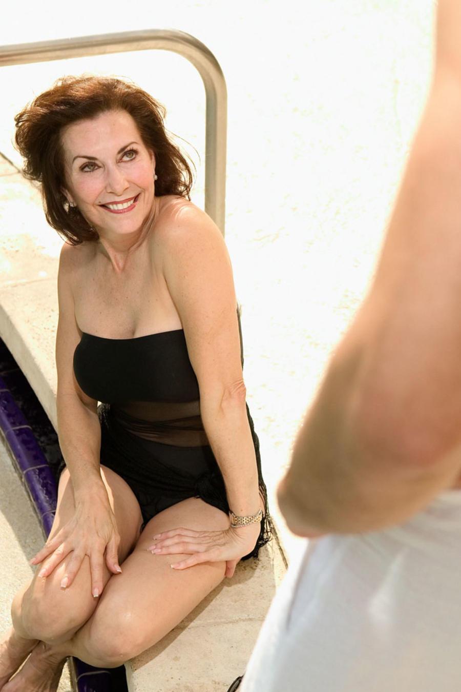 Mujer mayor seduciendo a joven