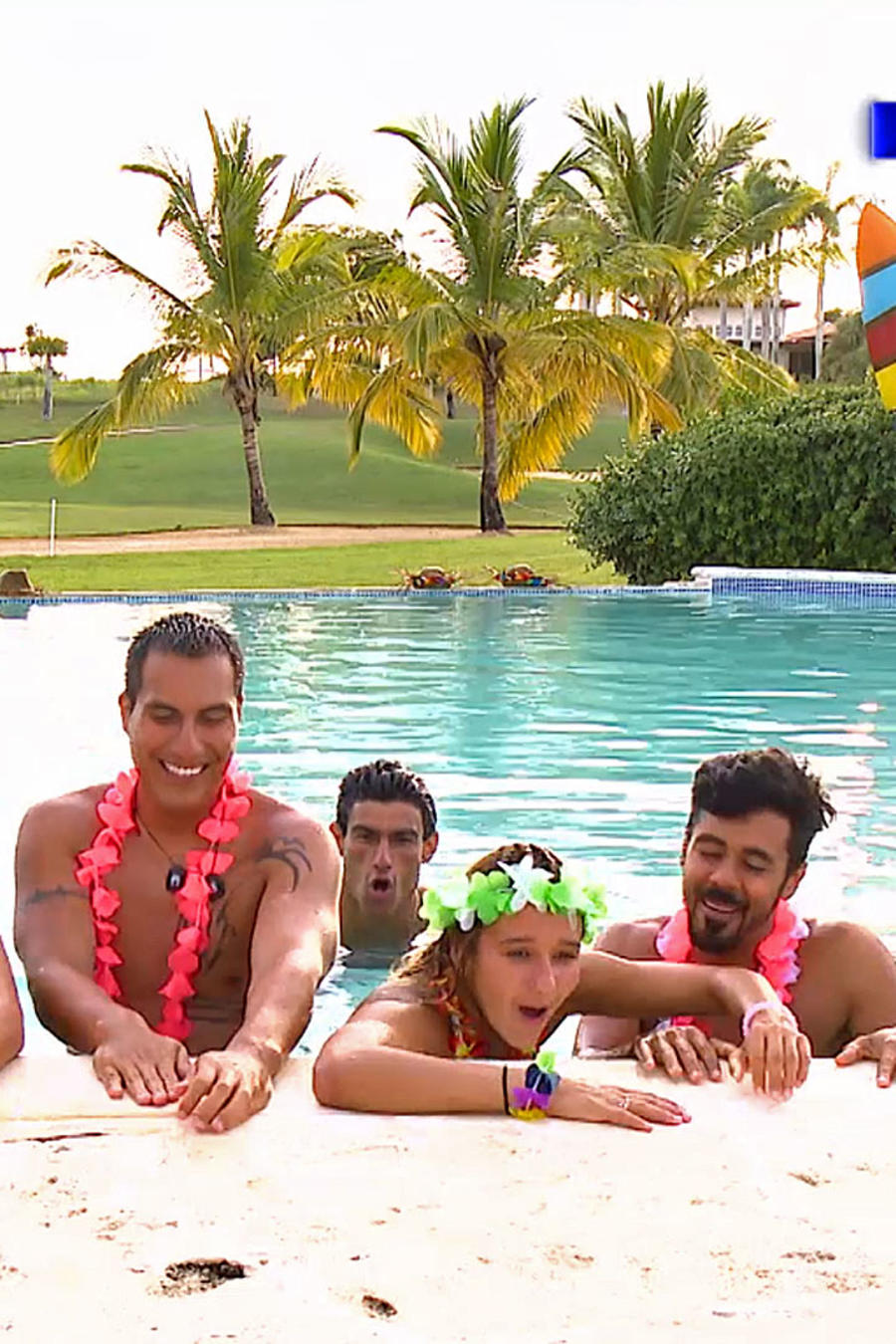 Contendientes celebrando en la piscina