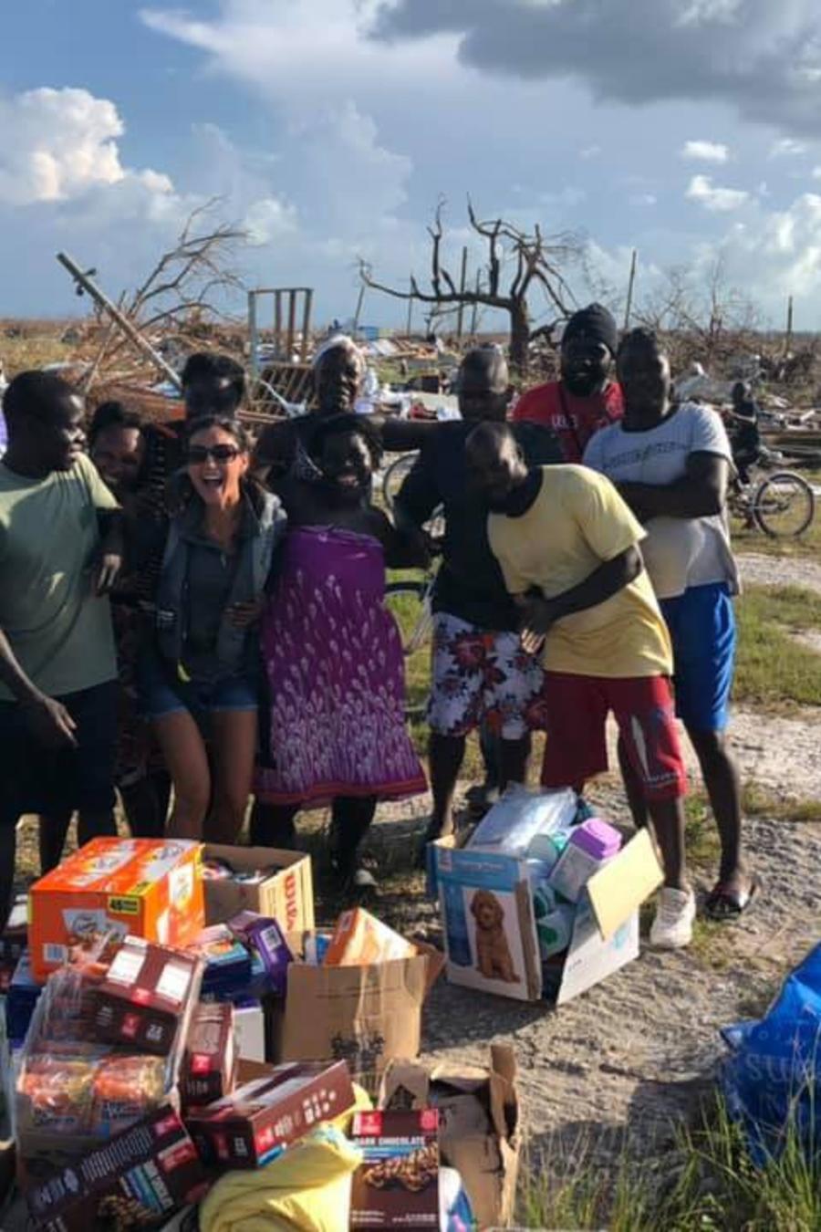 La voluntaria Angela Johnson con un grupo de personas rescatadas de un pueblo destrozado por Dorian en Ábaco, Bahamas.