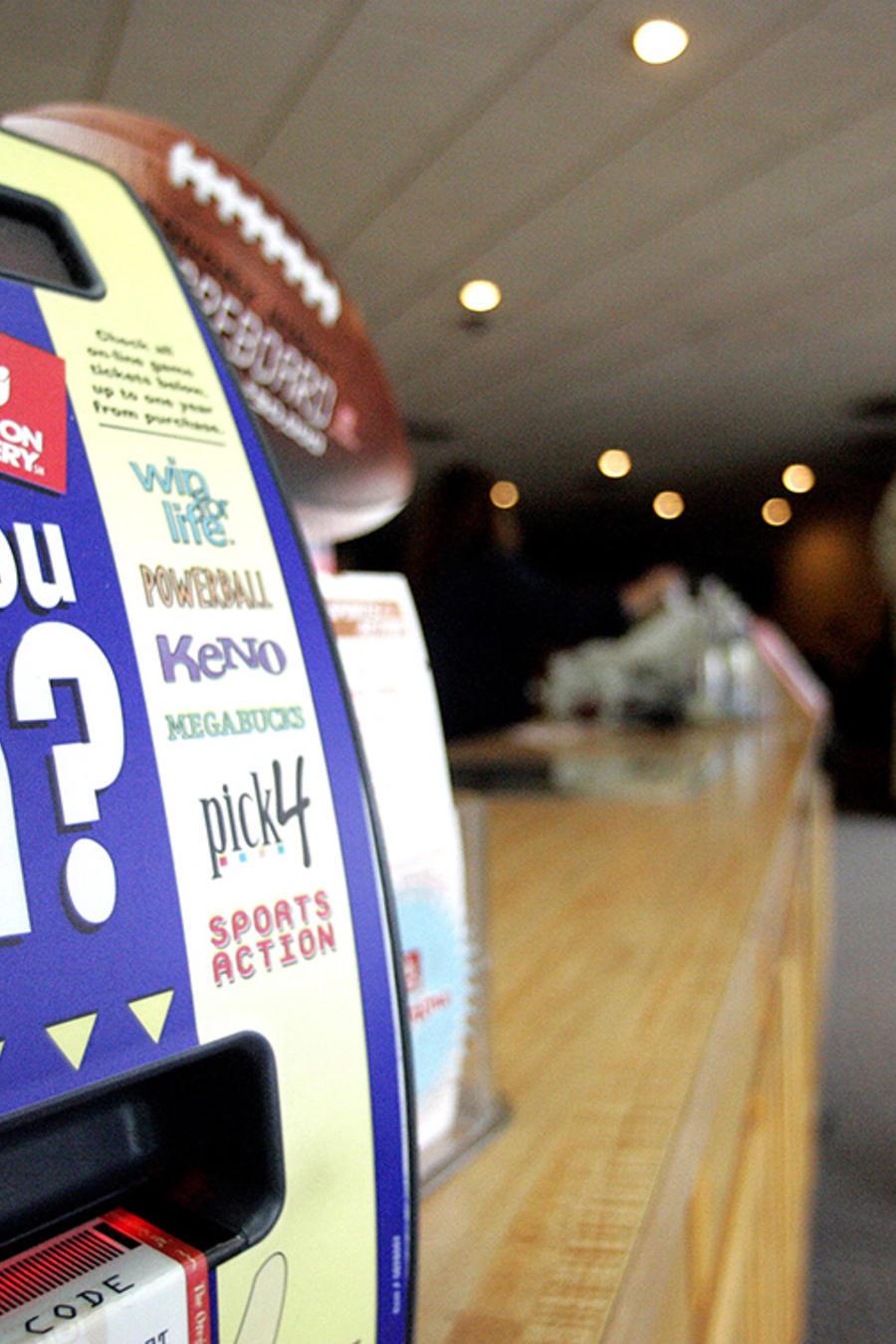 Una máquina de comprobar boletos ganadores de la lotería en una foto de archivo.