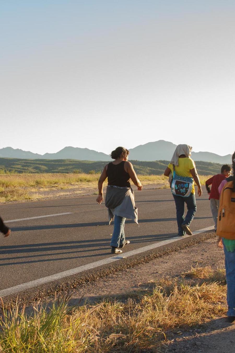 Imagen de archivo de migrantes caminando al lado de una carretera en el estado de Sonora, México.