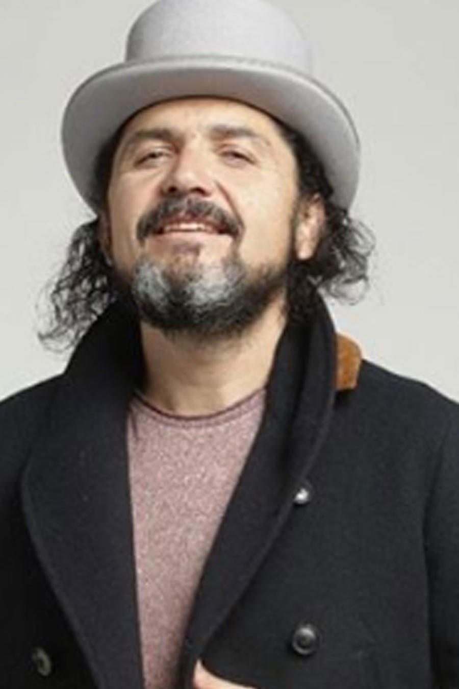 Reyli Barba posando con sombrero