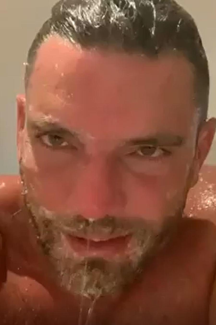 Julián Gil compartió un video bañándose