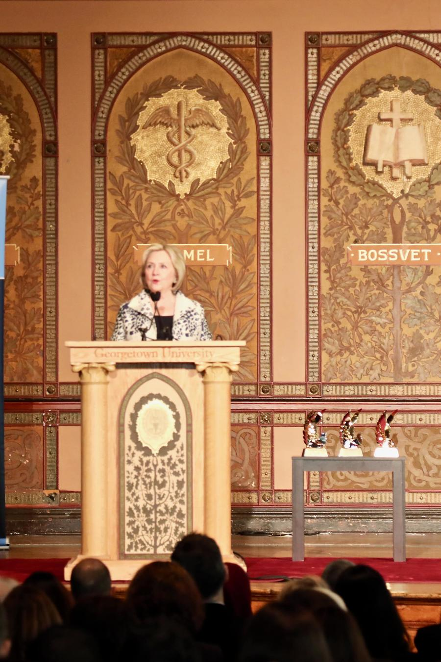 """Hillary Clinton apoya proceso de juicio político contra Trump porque, a su juicio, el mandatario ha convertido la diplomacia estadounidense en un vehículo de """"extorsión"""""""