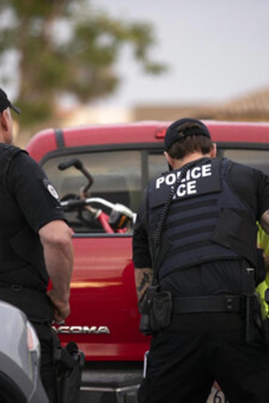 Agentes de ICE detienen el pasado julio a un inmigrante durante una operación en Escondido, California.