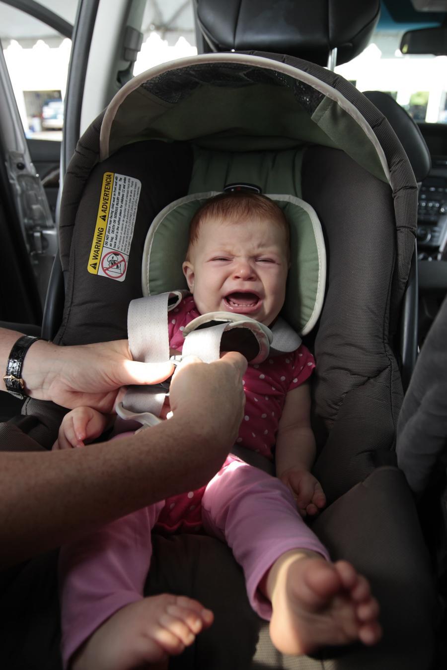 Fotografía de archivo de un bebé en una silla de auto para infantes