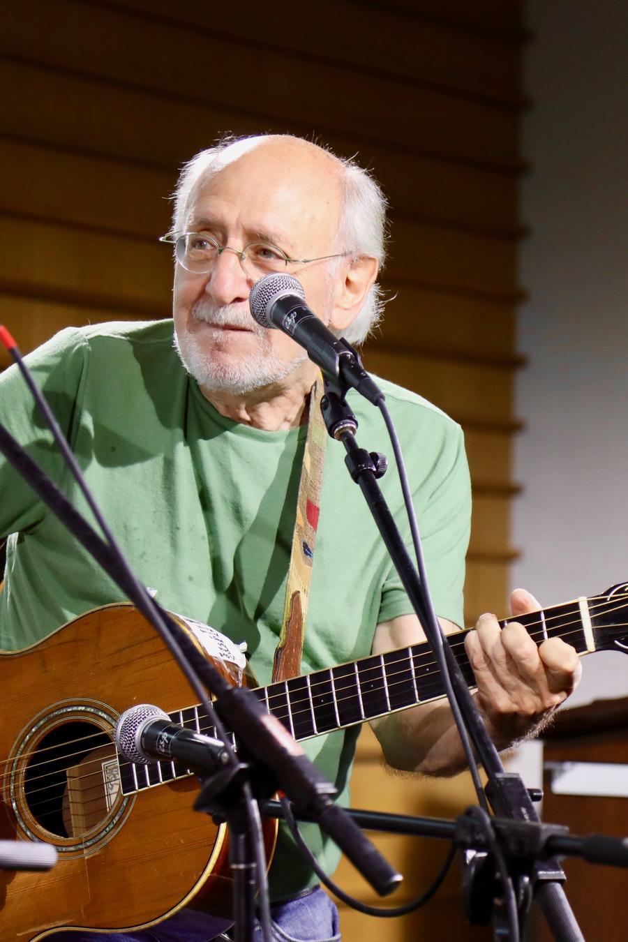 """El cantautor neoyorquino, Peter Yarrow, exmiembro del extinto grupo """"Peter,  Paul & Mary"""" ofreció un concierto en American University y reiteró su llamado a que los jóvenes continúen la lucha por la justicia social"""