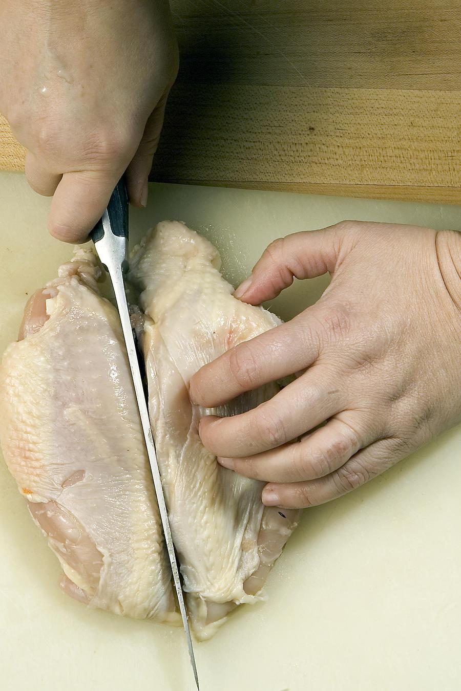 Fotografía de archivo de una pechuga de pollo deshuesada