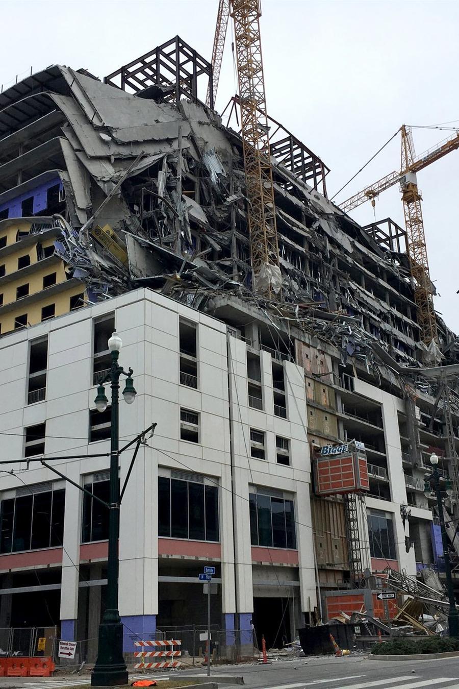 Una imagen del Hard Rock Hotel parcialmente colapsado este sábado en Nueva Orleans, Luisiana.
