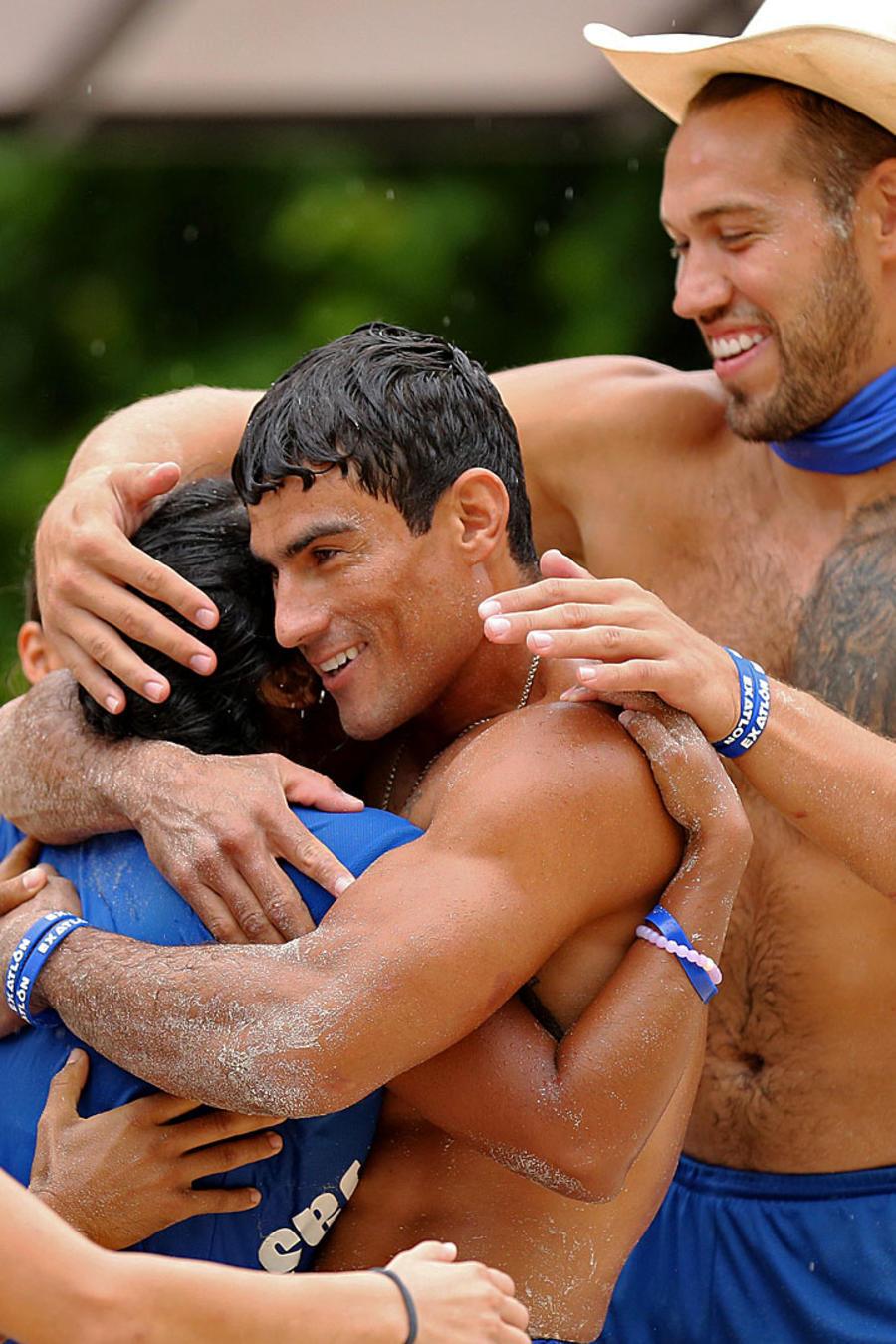 Contendientes se abrazan celebrando victoria