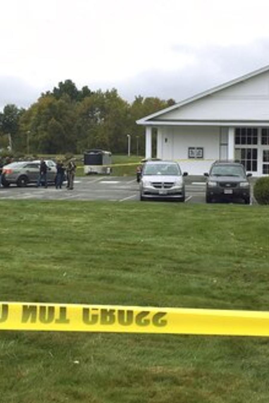 Agentes de la policía en el exterior de la iglesia pentecostal de Nuevo Hampshire donde un tiroteo interrumpió este sábado una boda.