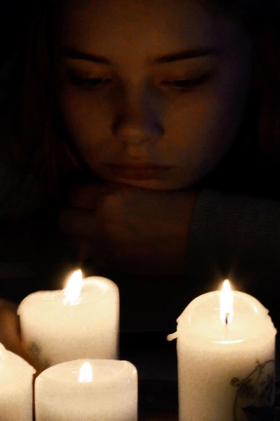 Mujer con velas