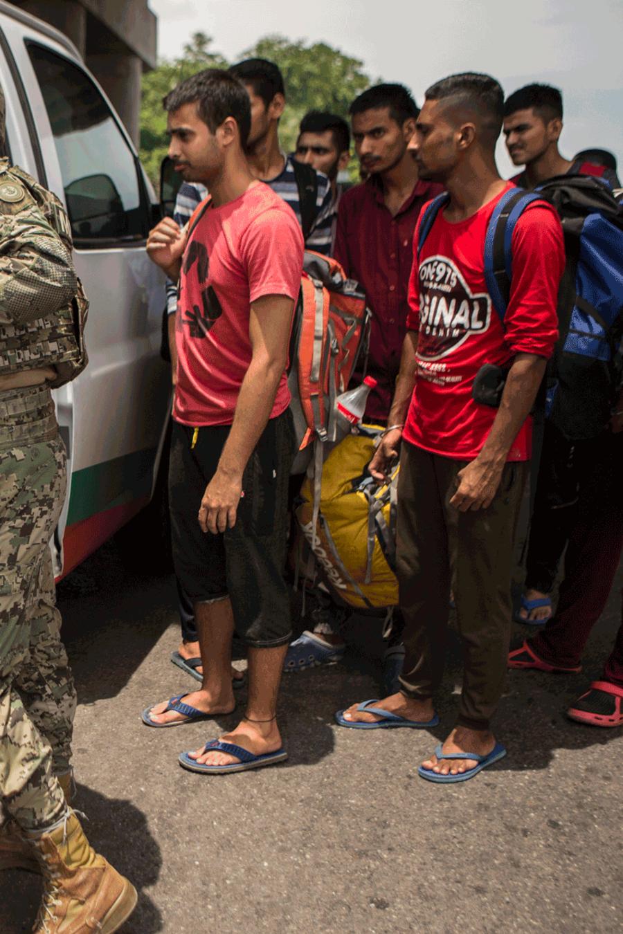 Un grupo de inmigrantes de India, Bangladesh y Pakistán son detenidos por autoridades mexicanas en Tapachula, México.