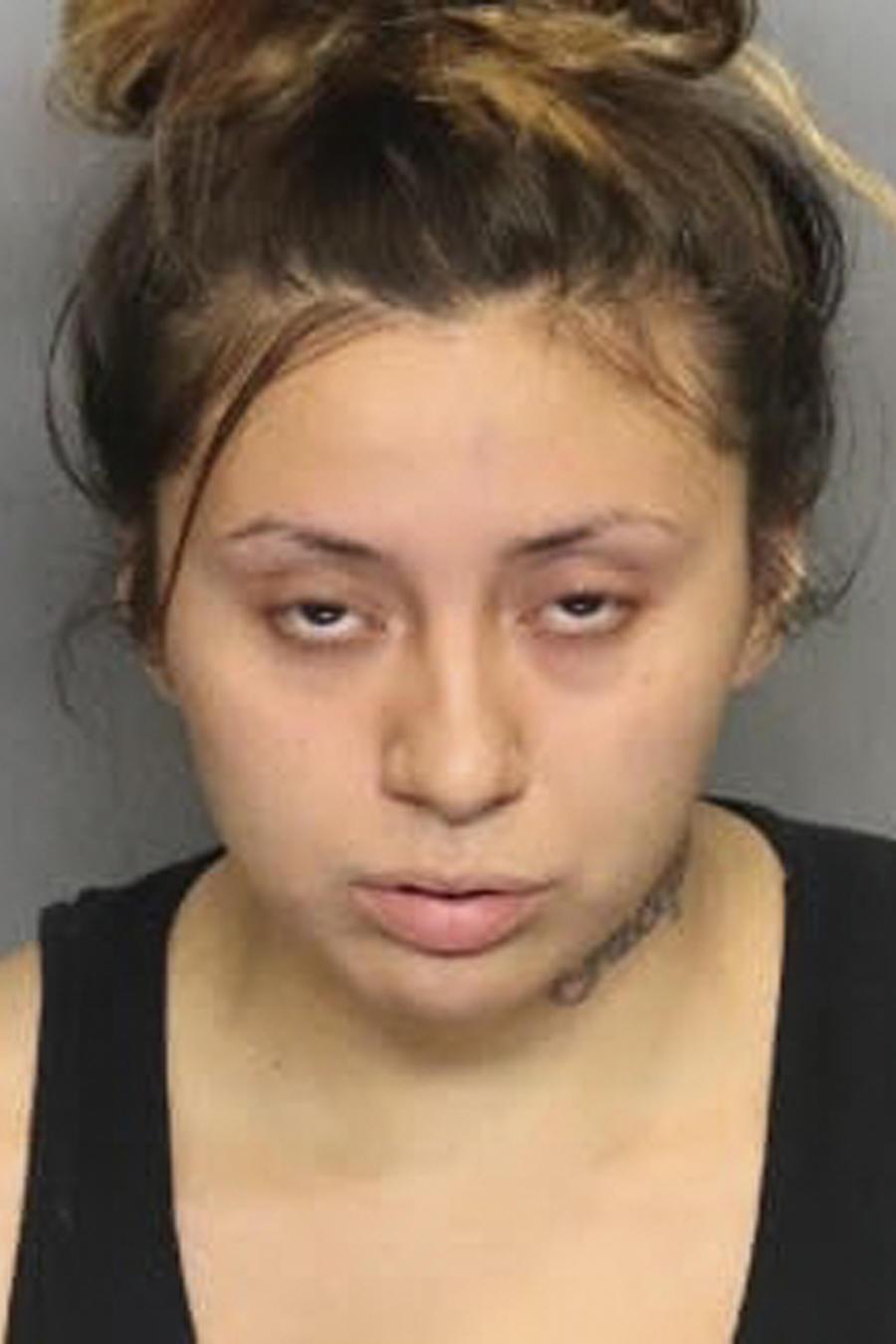 En esta foto del Stockton Police Department aparece Obdulia Sánchez, arrestada con cargos de posesión de armas.