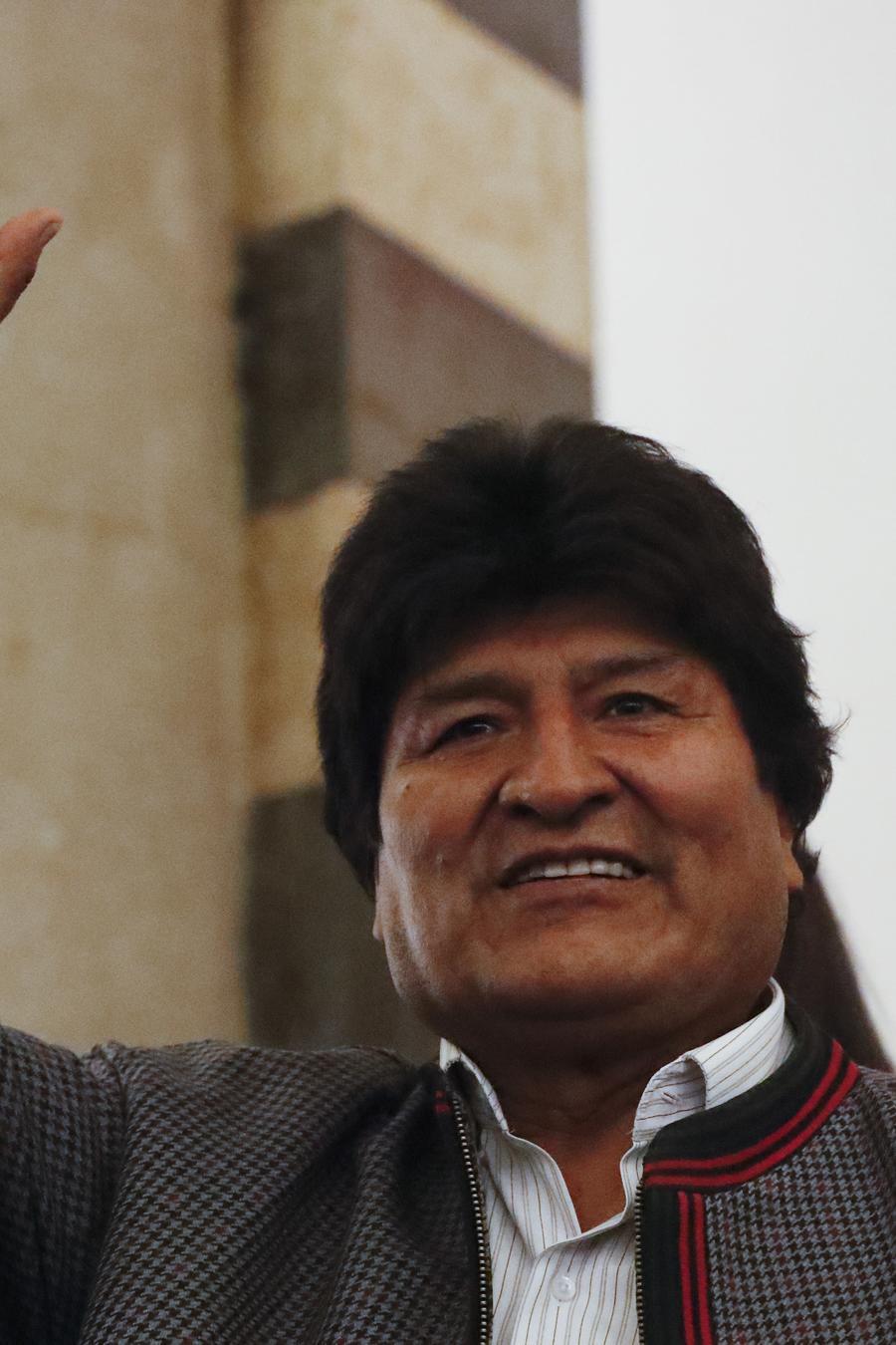 El presidente Evo Morales saluda a sus seguidores en La Paz, Bolivia