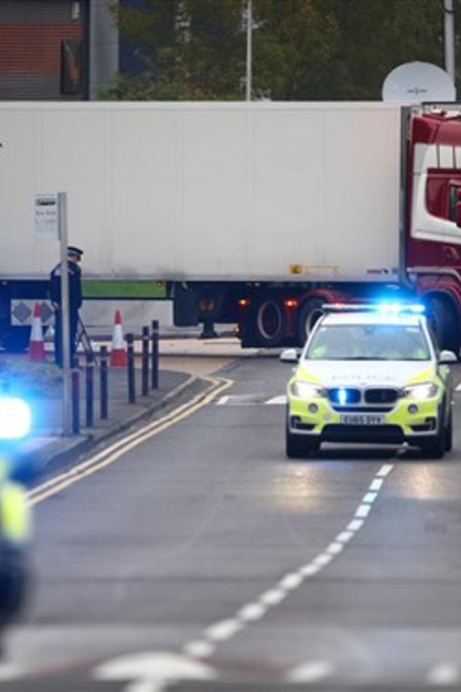 La policía británica desplaza un camión donde se hallaron en la madrugada del miércoles los cuerpos de 39 personas.