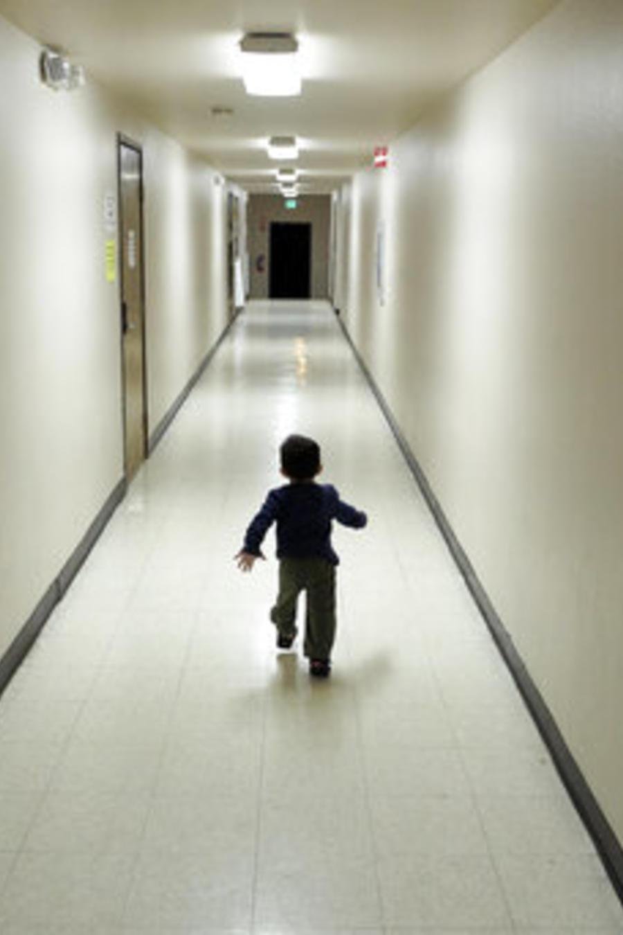Un niño migrante detenido en un centro de San Diego, California, en una imagen de archivo.