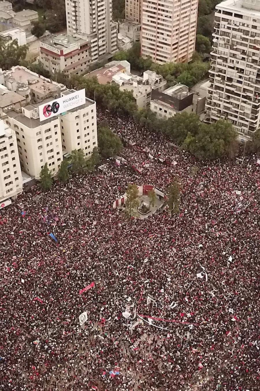 Imagen aérea de la multitudinaria manifestación de este viernes en Santiago de Chile.