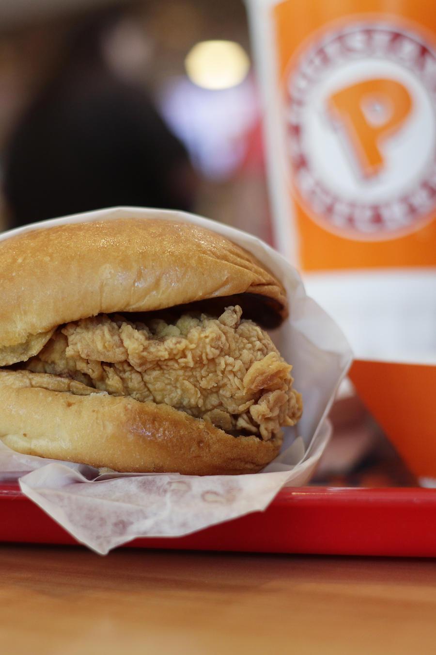 Fotografía de archivo de un sándwich de pollo frito de la cadena Popeyes