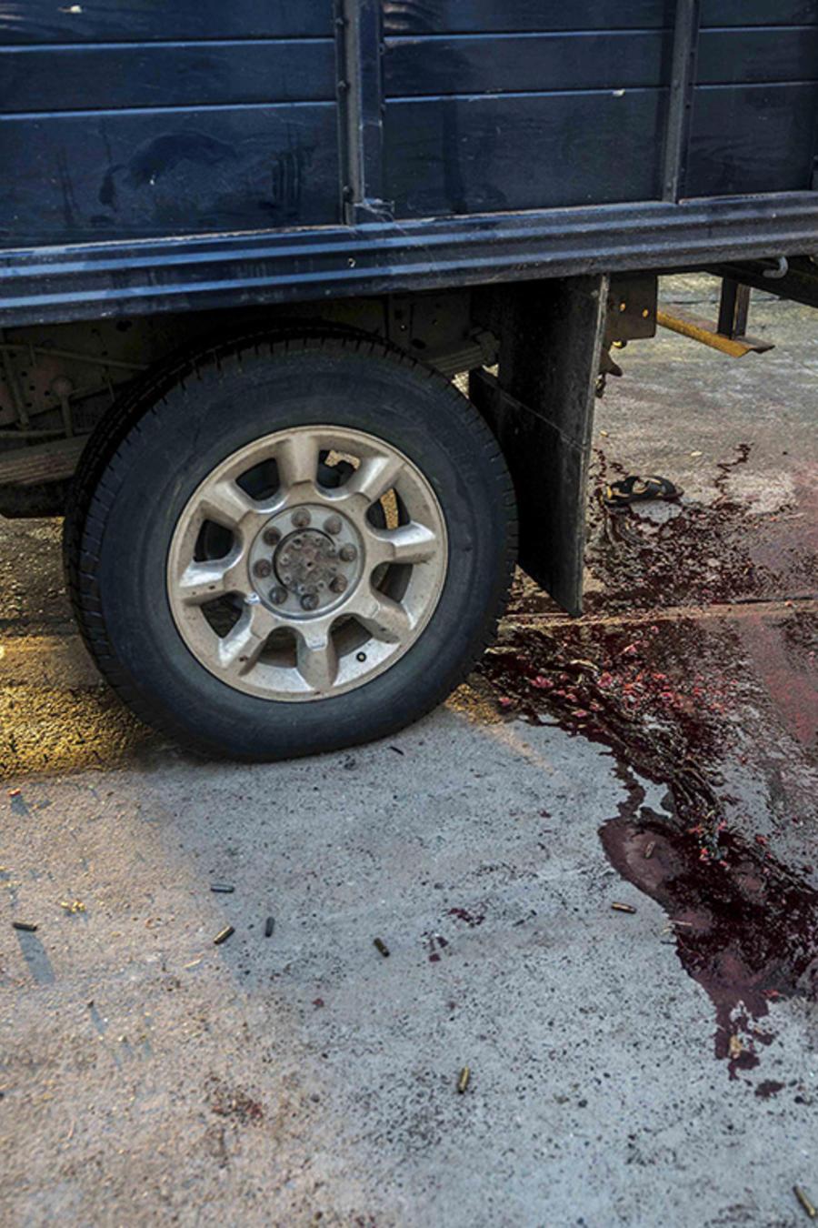 Una mancha de sangre permanece en la calle tras una pelea con armas en Culiacán, México.