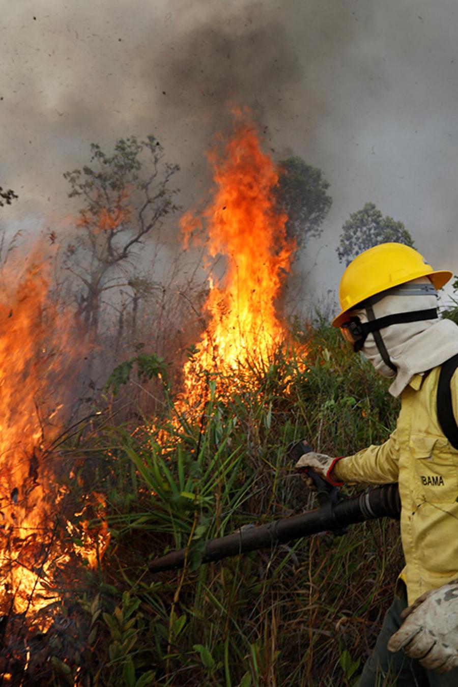 Un bombero intenta controlar las llamas durante los incendios que afectaron el Amazonas, en una imagen de archivo de septiembre de 2019.