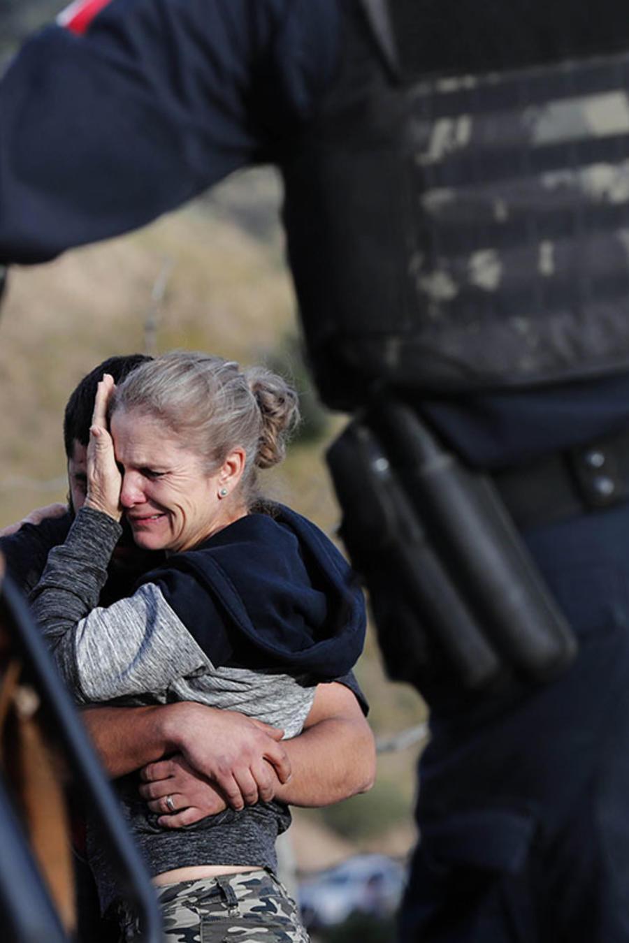 Familiares de las víctimas del narcotráfico en Sonora se abrazan en el lugar de la masacre.