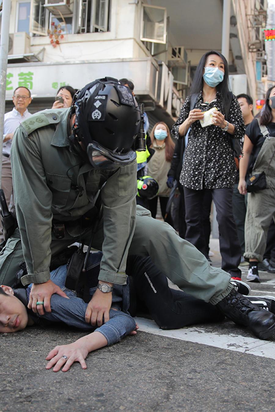 Un manifestante es detenido en Hong Kong el 11 de noviembre de 2019.