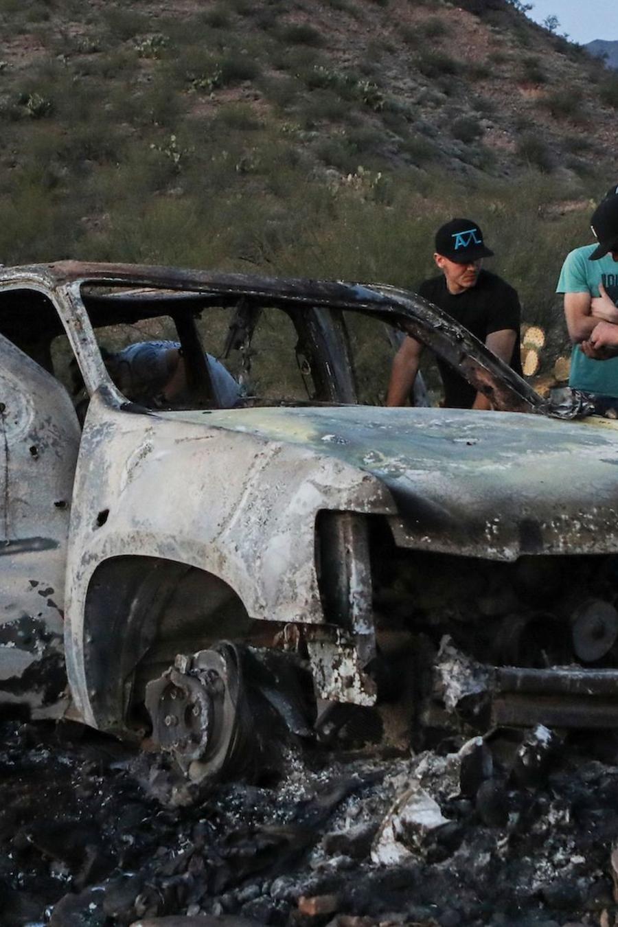 Familiares de las víctimas, junto a uno de los vehículos tiroteados, el 5 de noviembre.