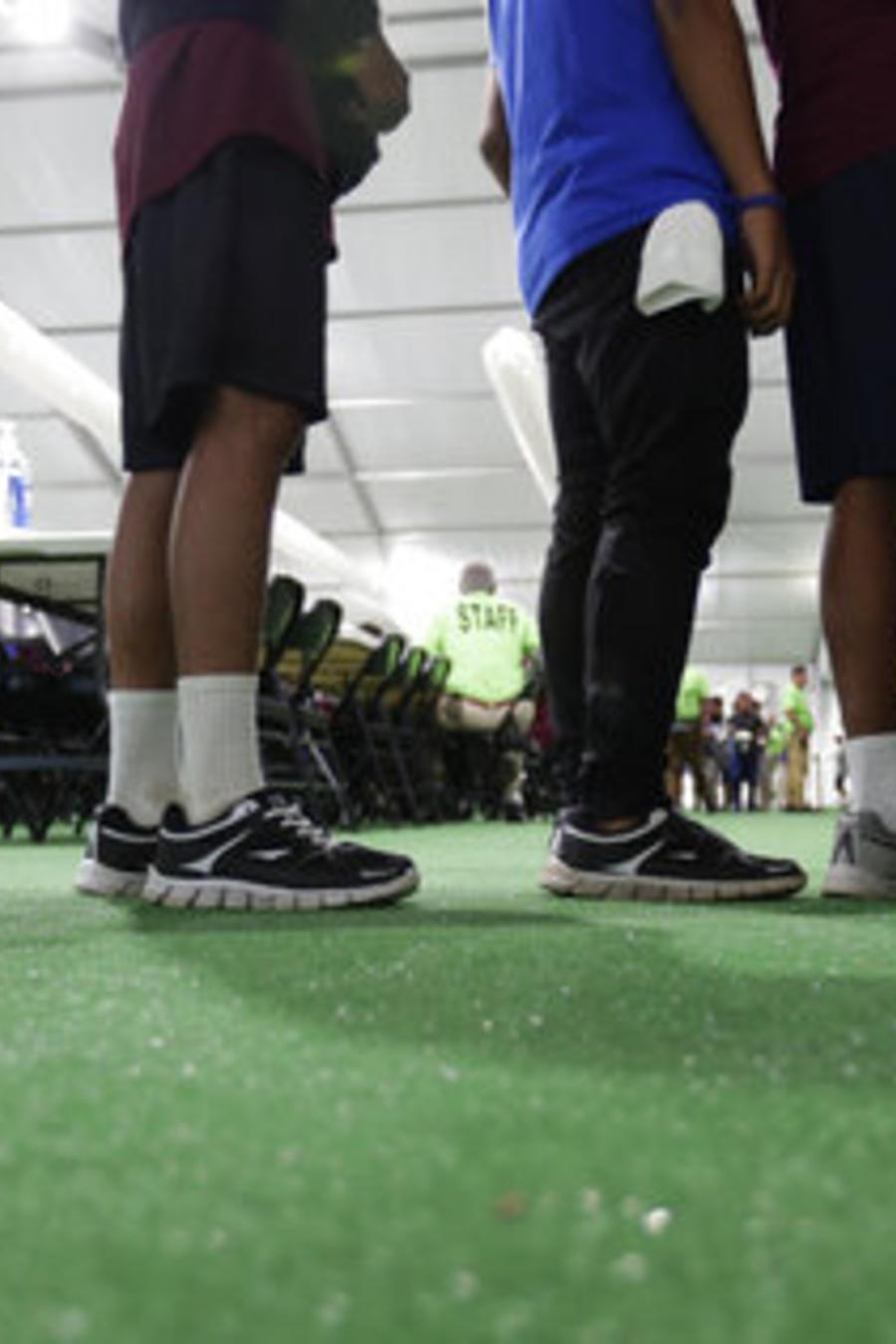 Niños hacen fila en un centro de detención migratorio en Texas, en julio de 2019.