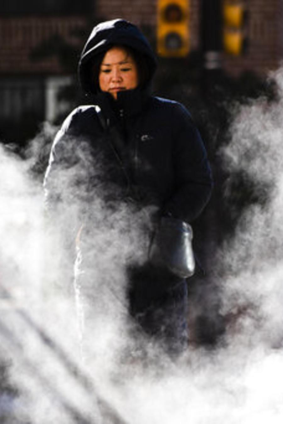 Una mujer afronta la fría mañana de este miércoles en Filadelfia, Pensilvania.