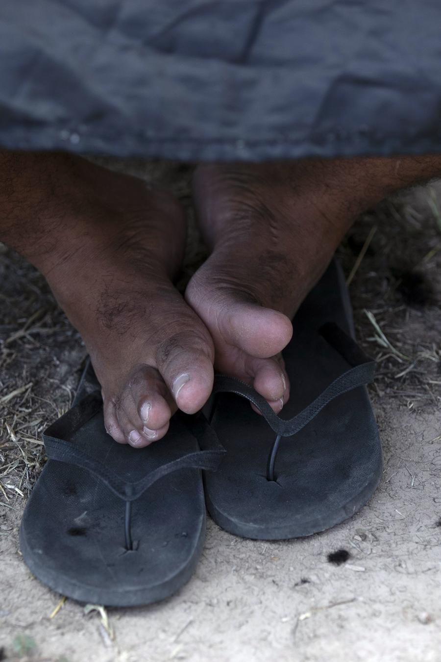 Los pies de un niño migrante en un albergue de Matamoros