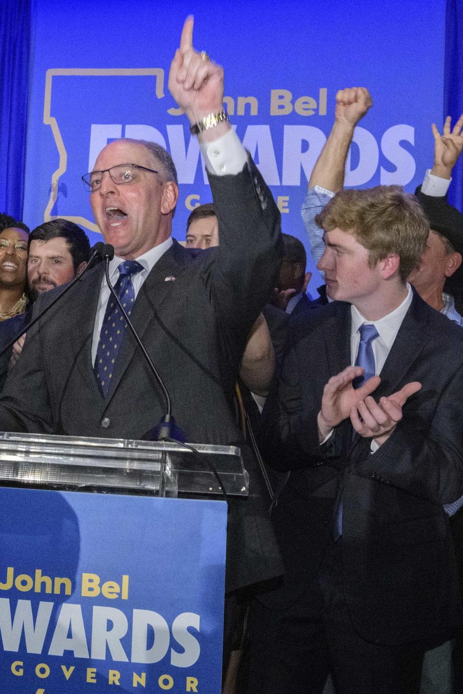 El gobernador de Luisiana, John Bel Edwards, llega para dirigirse a sus partidarios en su fiesta en Baton Rouge, Luisiana, el sábado 16 de noviembre de 2019.