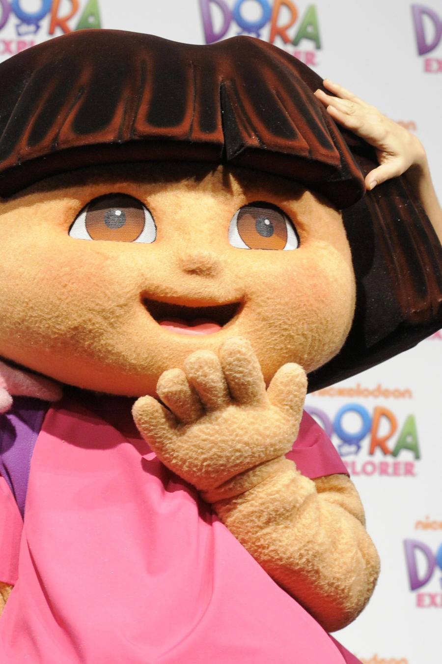 Salma Hayek junto a una muñeca de Dora la Exploradora en 2010