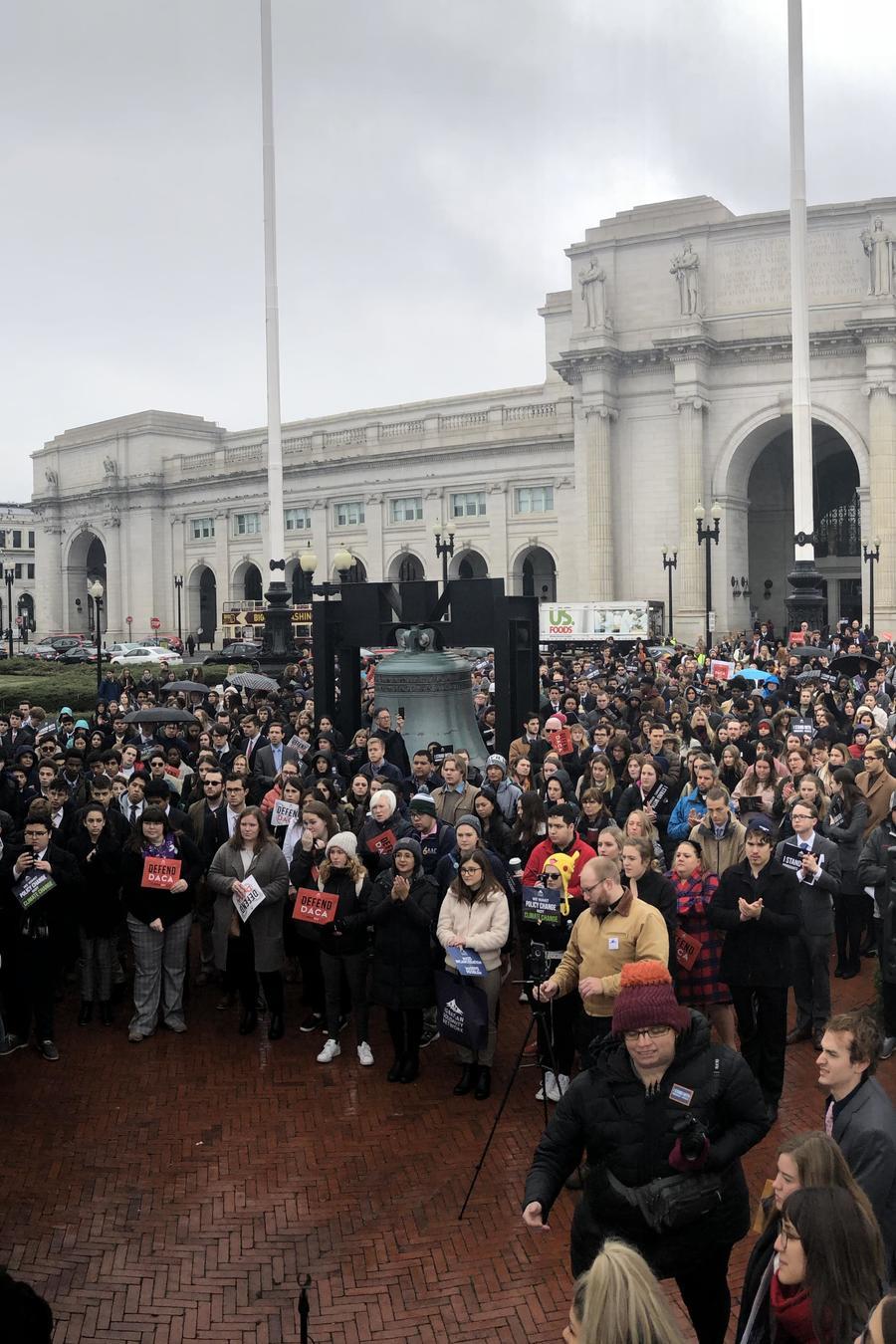 Estudiantes y activistas jesuitas inician jornada de presión política en el Congreso a favor de una reforma migratoria que legalice a la población indocumentada
