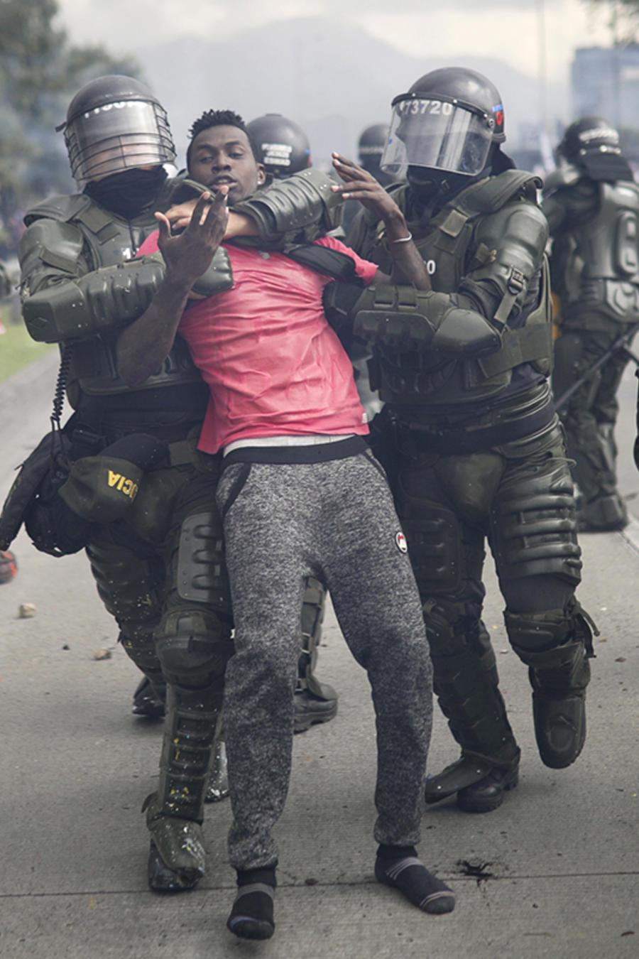 La policía detiene a un manifestante durante una huelga nacional en Bogotá, Colombia, el 21 de noviembre de 2019.