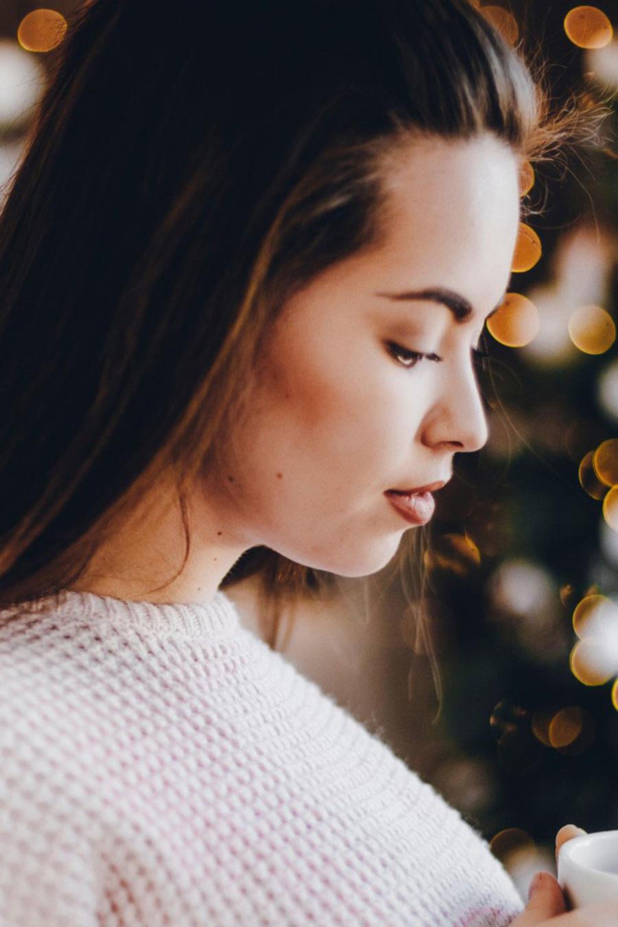 Mujer pensativa en Navidad