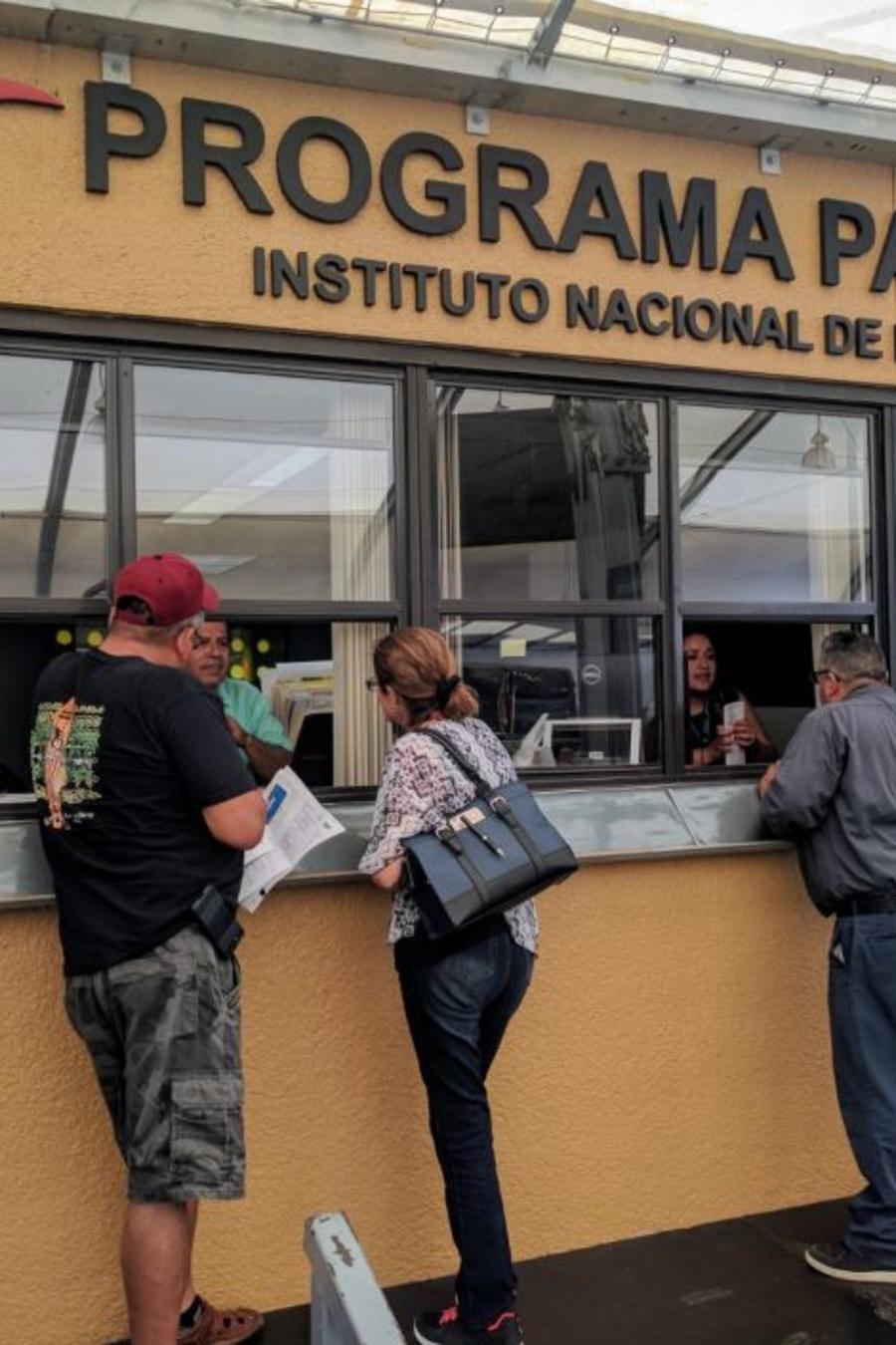 Mexicanos llegan a la ventanilla de Programa Paisano