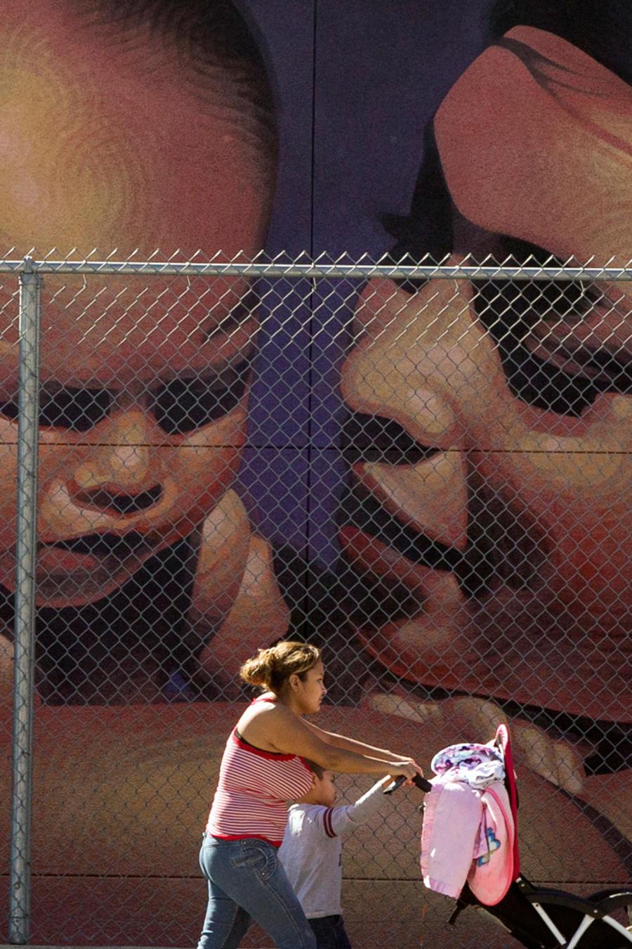 Una mujer pasea frente a un mural pintado en una pared en un mural en California en una imagen de archivo.