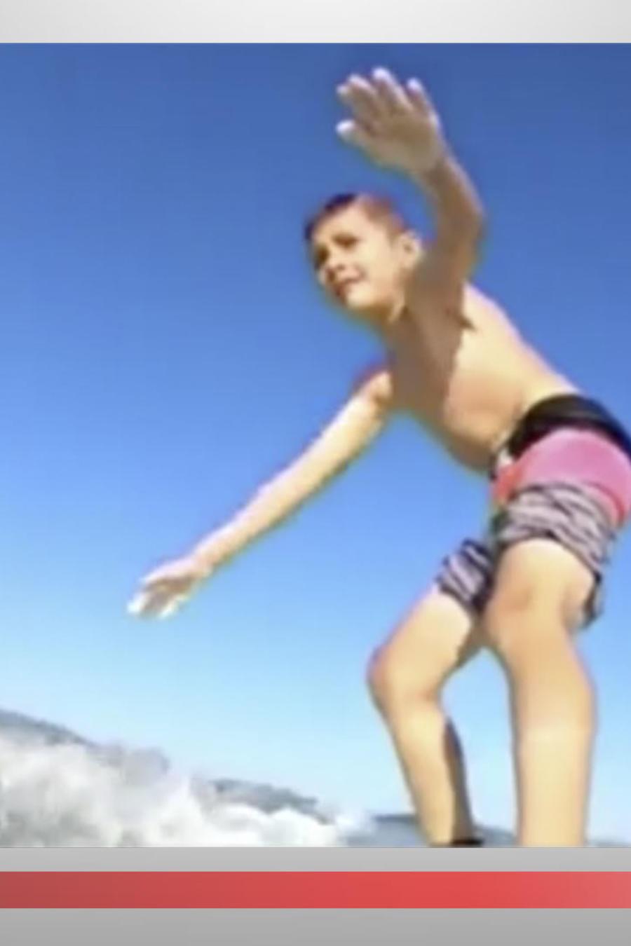 Un niño surfista