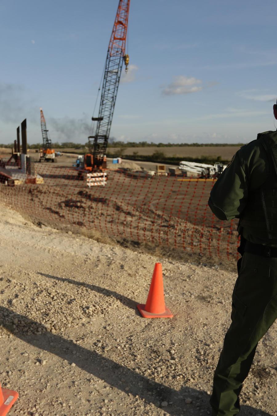 Un agente fronterizo en las obras de construcción del muro el 7 de noviembre en Donna (Texas).