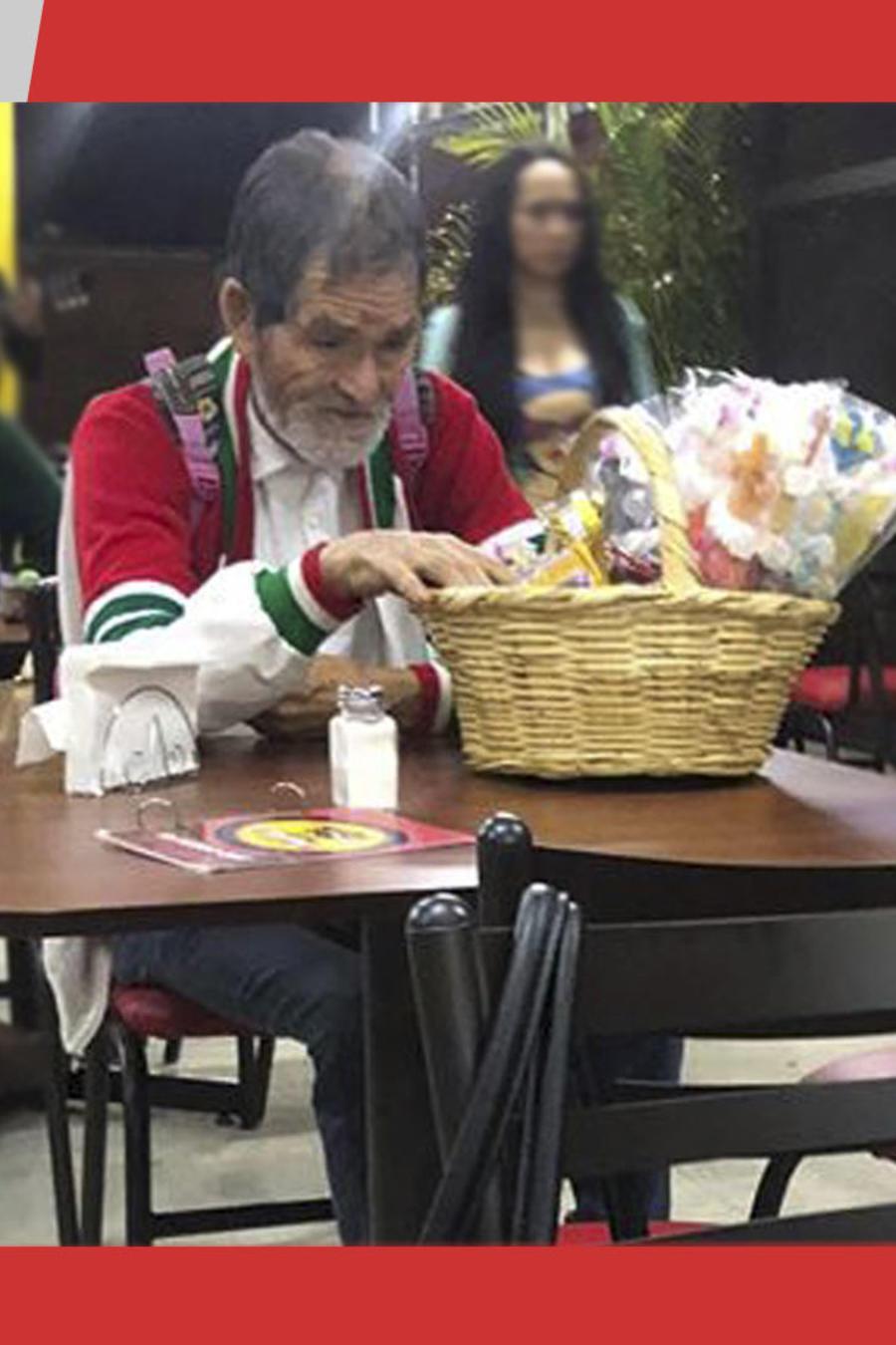Niño compra tacos a viejito
