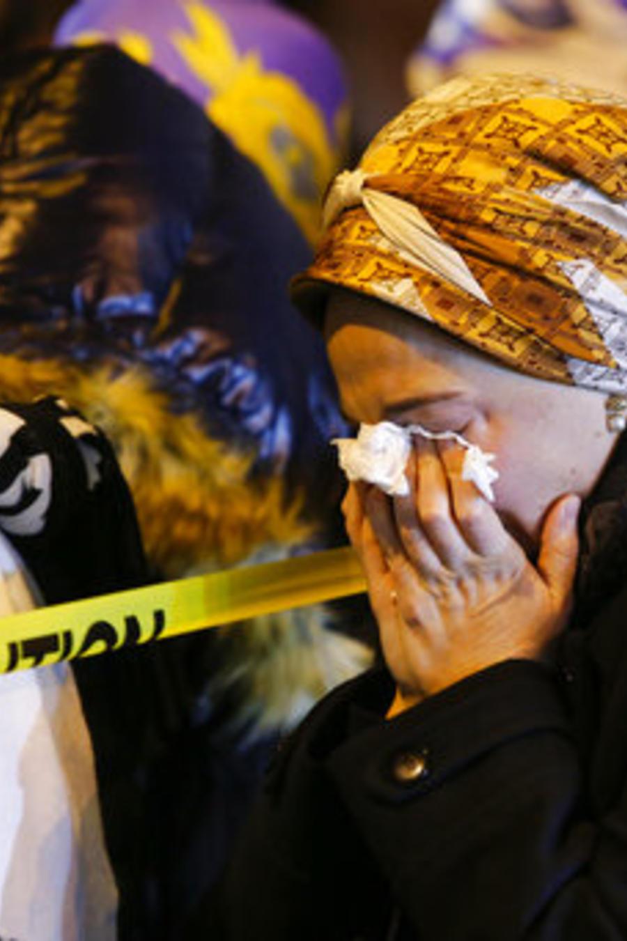 Una mujer judía llora la muerte de una de las víctimas del tiroteo del pasado martes en Jersey City, Nueva Jersey.