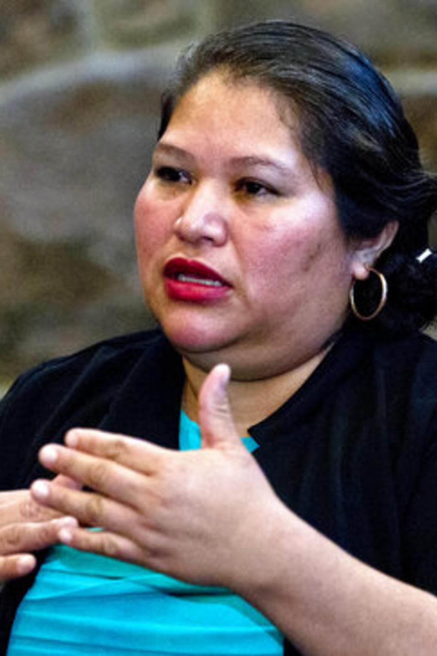Rosa Gutiérrez López, una salvadoreña sin autorización para vivir en Estados Unidos, en una entrevista con The Associatated press (imagen de archivo).