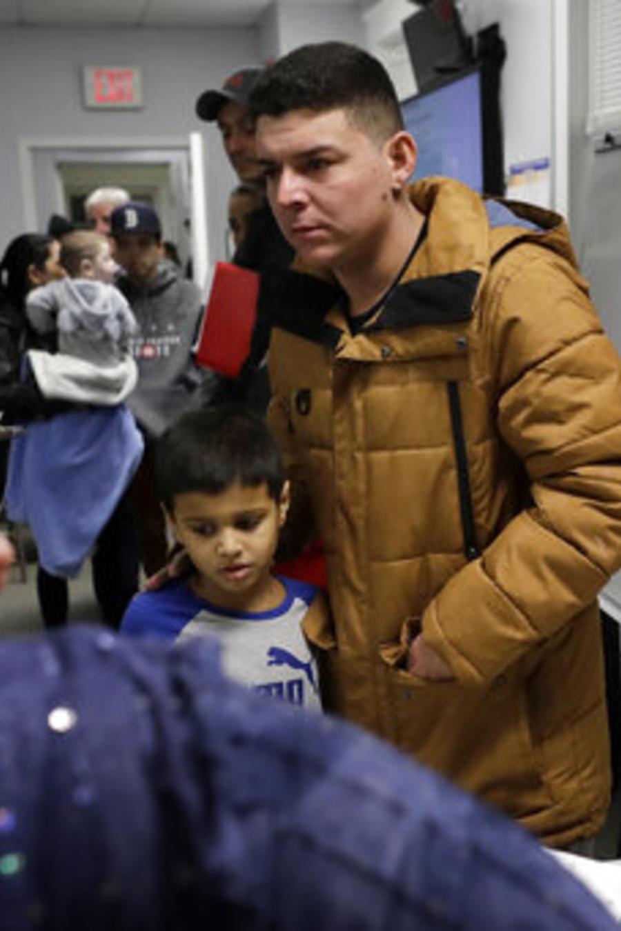 Helison Alvarenga, un migrante brasileño de 26 años, su hijo David, de seis años, en un centro comunitario de Massachusetts.