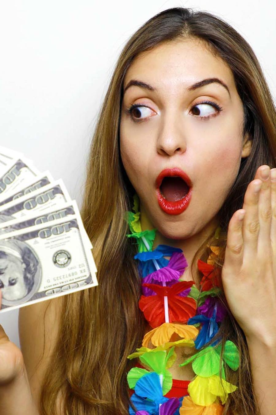 Mujer sorprendida con dinero