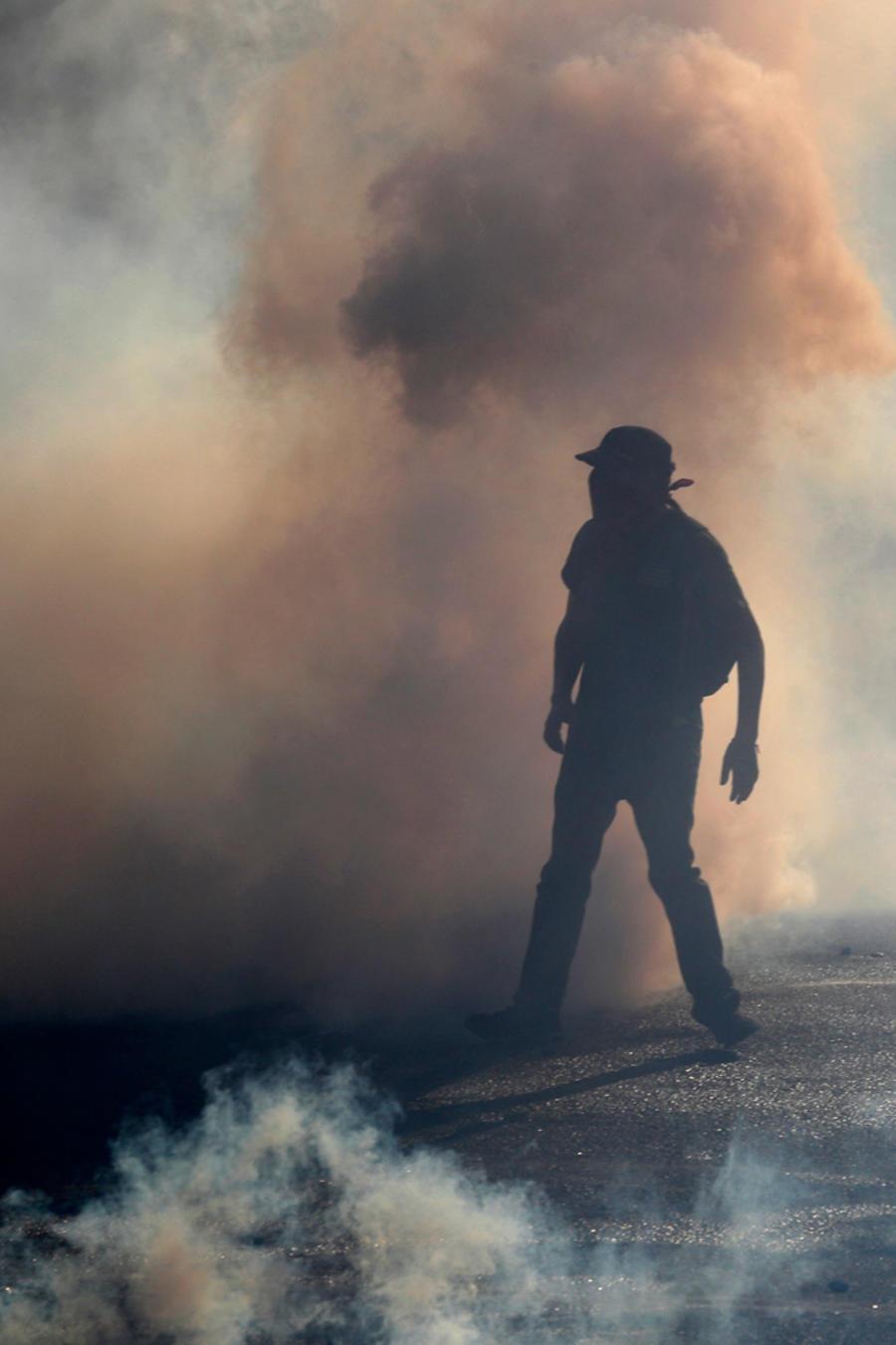 Un hombre en medio de protestas en Chile en una imagen de este viernes.