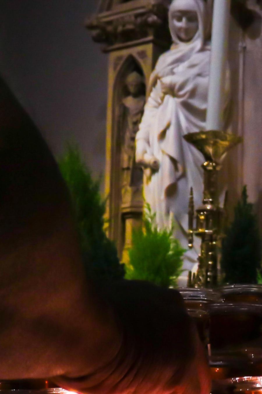 Una persona prende velas en una iglesia en Estados Unidos en una imagen de archivo.
